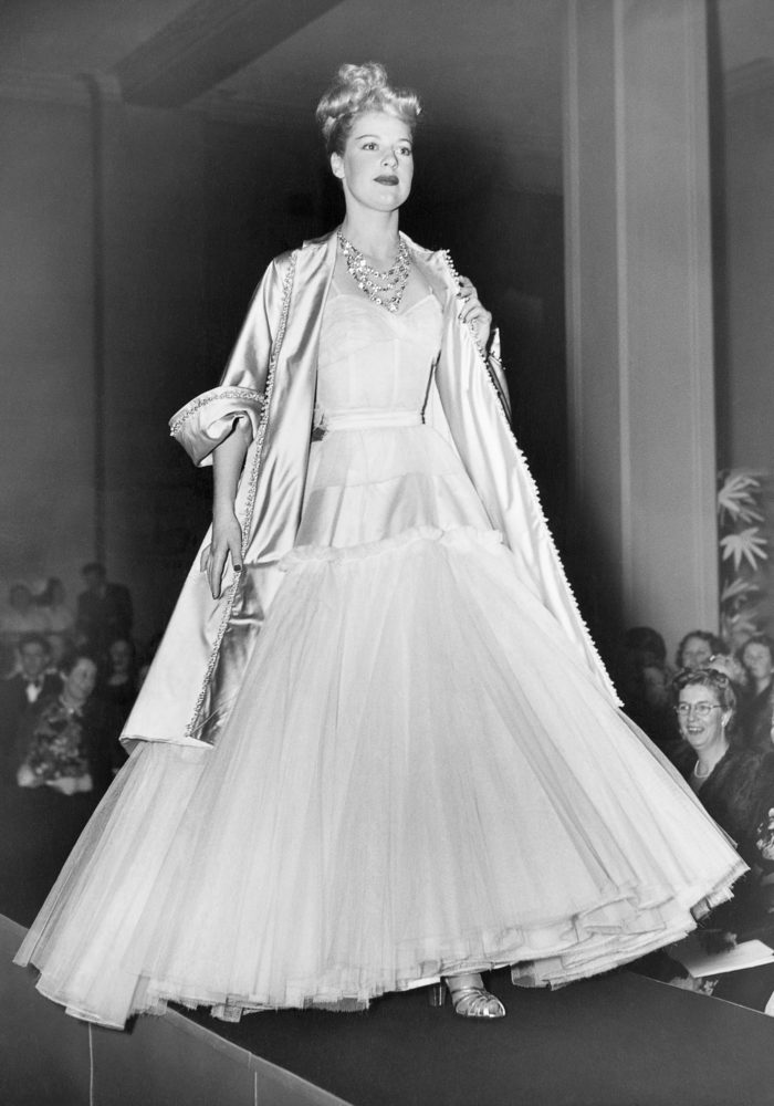 Presentation of the Adélaïde ensemble from the spring−summer 1948, haute couture collection, during the Christian Dior parade at David Jones, Sydney, July−August 1948. Dior Heritage collection, Paris All rights reserved