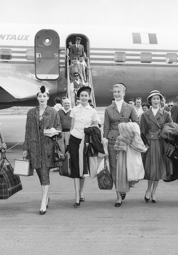 Christian Dior mannequins arriving in Australia for the presentation of the autumn−winter 1957, haute couture collection, Christian Dior's last collection, November 1957. Dior Heritage collection, Paris All rights reserved